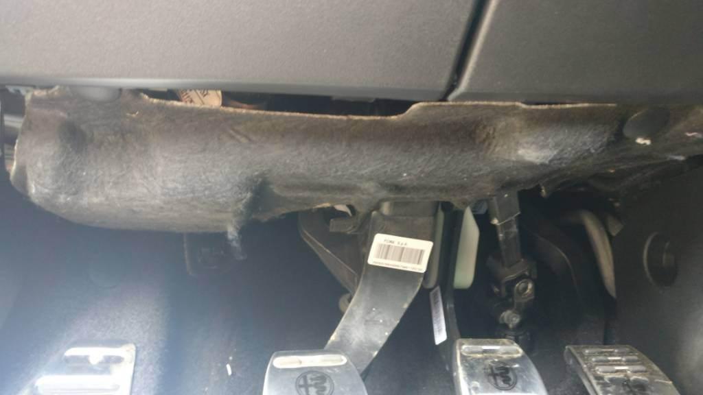 foto Problema pannello sopra la pedaliera di Giulietta - 1